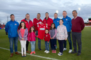 (L-R) Thea, Emily, Jacob, Hope and Hazel O'Brien, with Conor and Enda O'Brien as well as David Rowe and Martin Heraghty of Sligo Rovers, and the U15 management team of Conor O'Grady, Paul Masterson and Marcel Gordon.